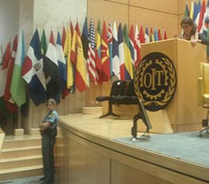 Foto på Bettina Kashefi i talarstolen på ILO:s 101 arbetskonferens i Genève